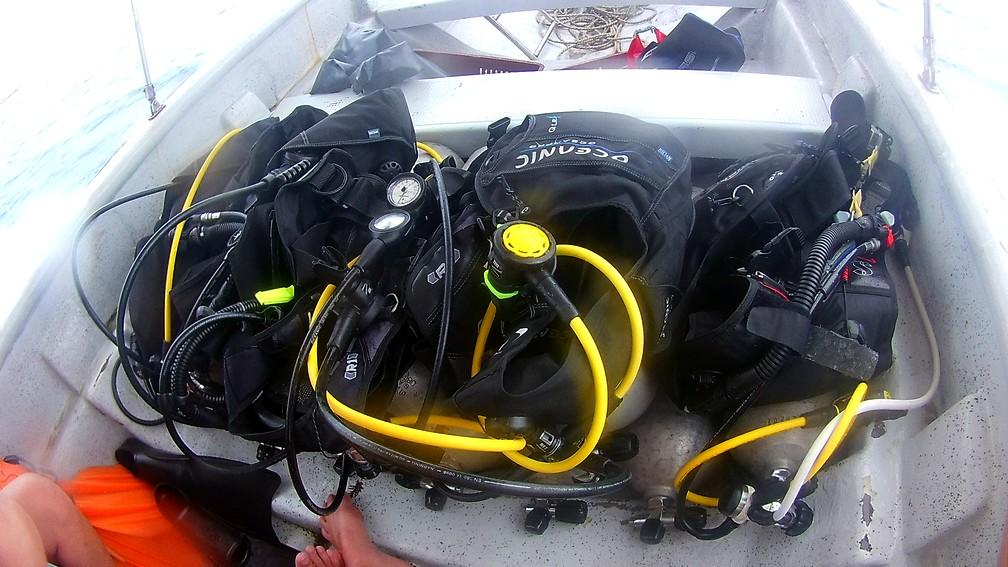 Bouteilles et gilets de plongée sur le bateau à Rincon del Mar