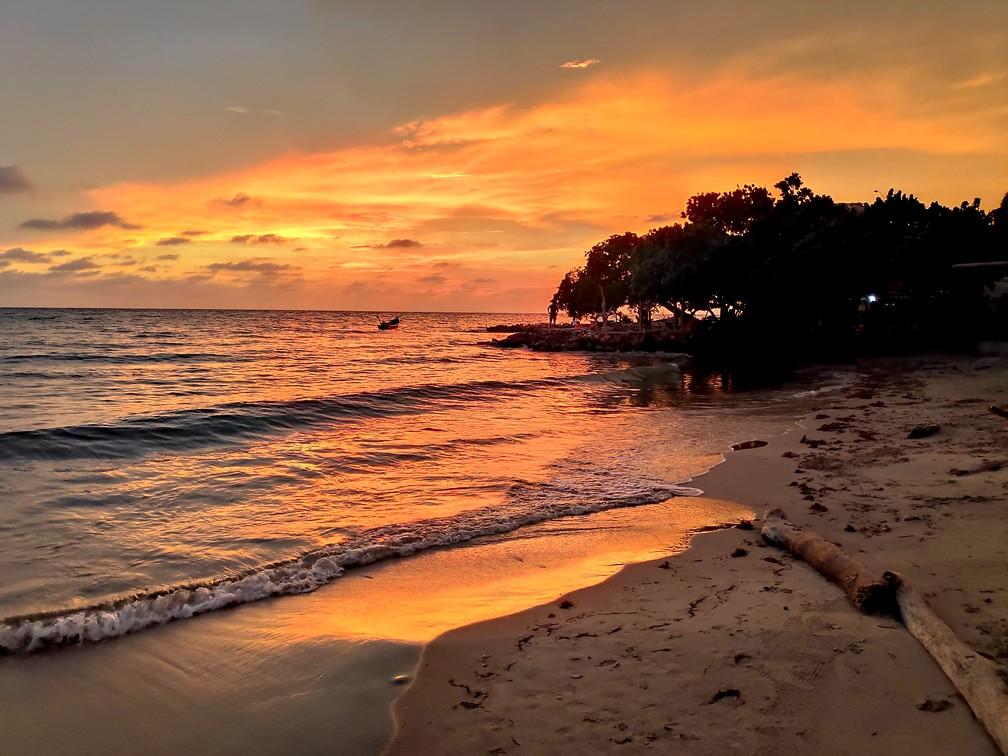 Gros coucher de soleil se réfléchissant sur la mer à Rincon del  Mar