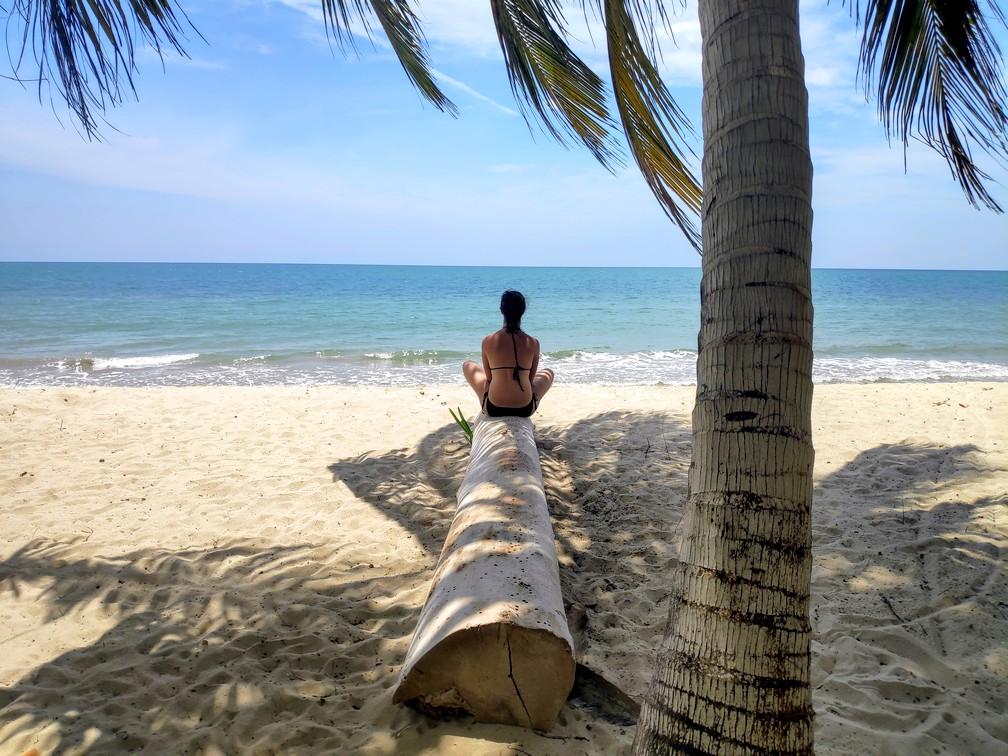Salomé assise sur un tronc au bord de la plage à Rincon del Mar