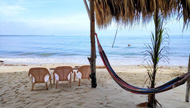 Hamac et sièges au bord de la plage à Rincon del Mar
