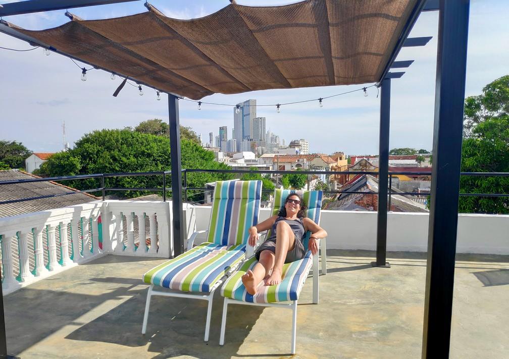 Salomé allongée sur une chaise longue sur le rooftop de l'hostel La Buleka