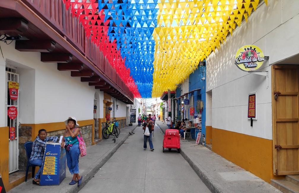 Rue de Carthagène avec pleins de fanions aux couleurs du drapeau national