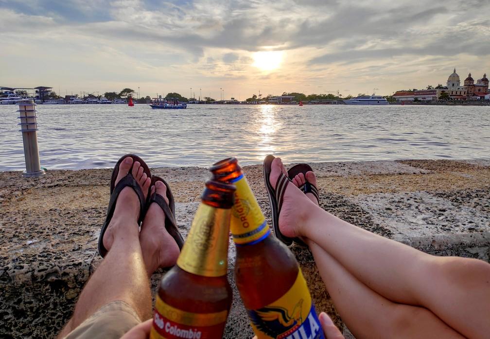 Bières devant le coucher de soleil sur la baie de Carthagène