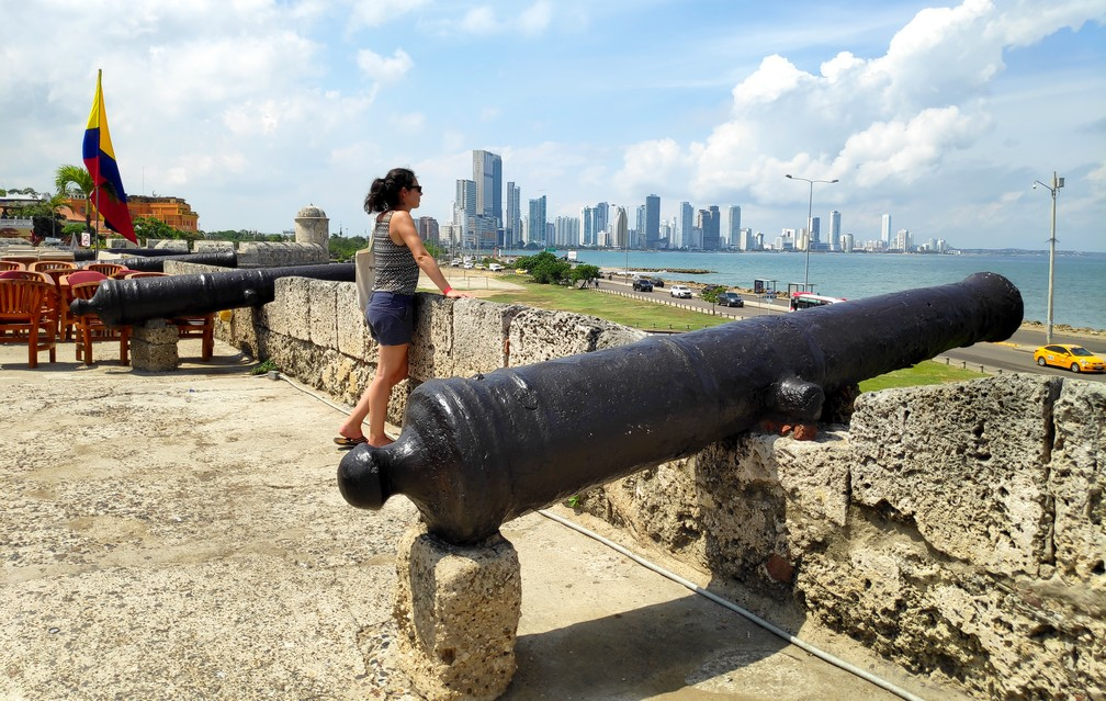 Canons sur les remparts de Carthagène avec vue sur les gratte-ciels de Bocagrande