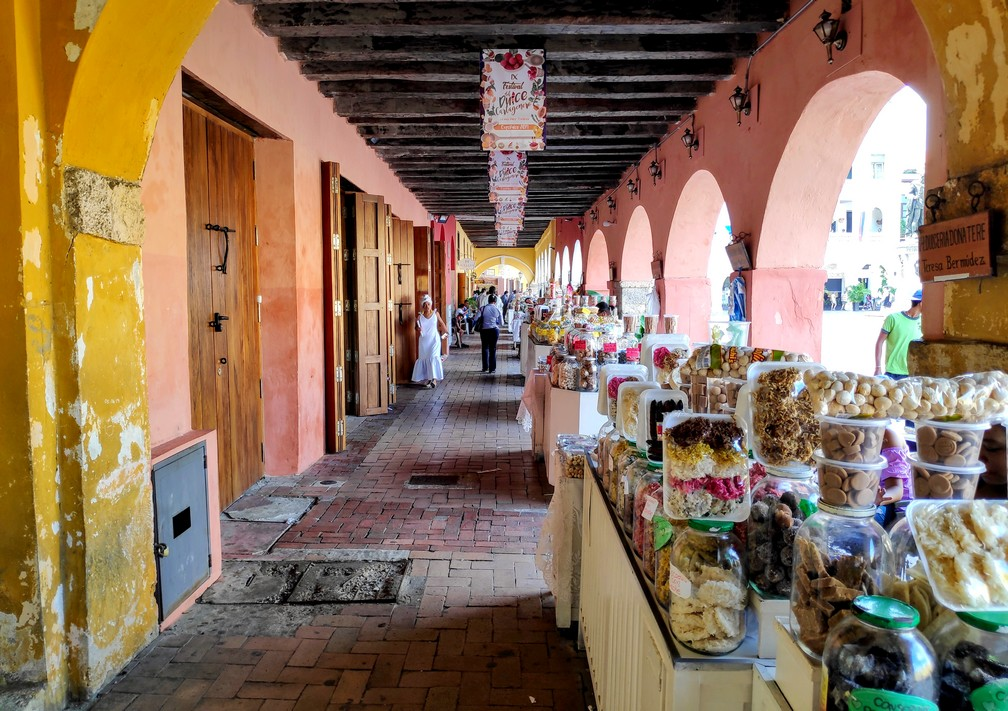 Stands de patisseries sous les arcades de la Plaza del Reloj