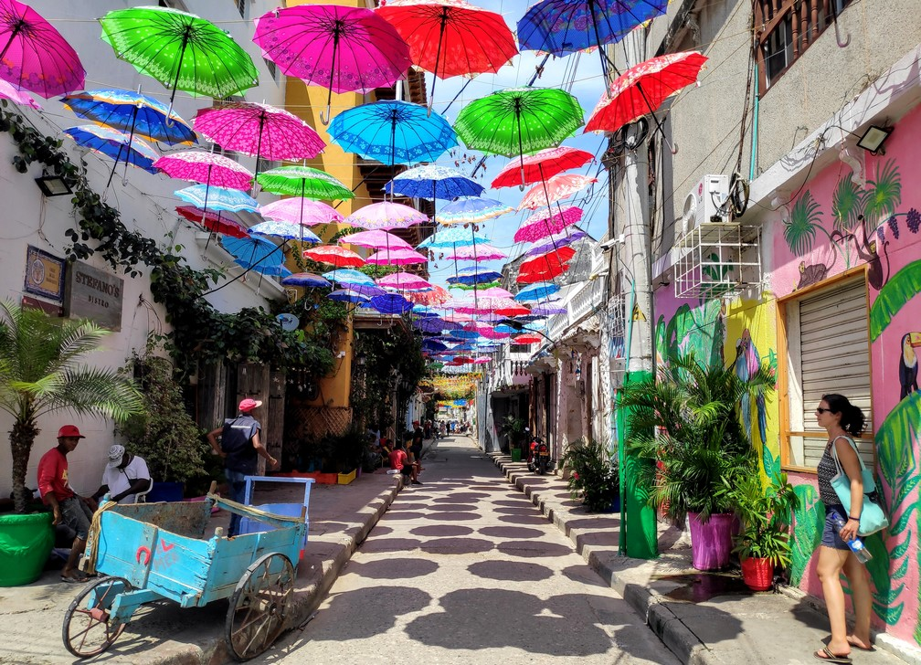 Parapluies multicolores surplombent la Calle 31 de Carthagène