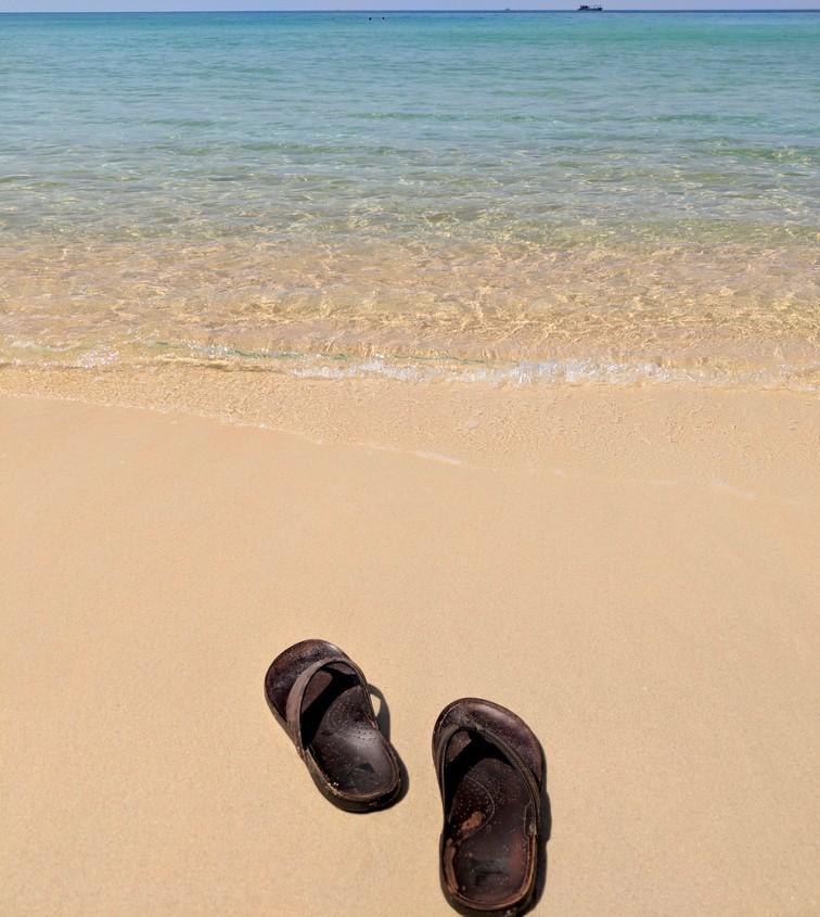 Claquettes devant la mer turquoise