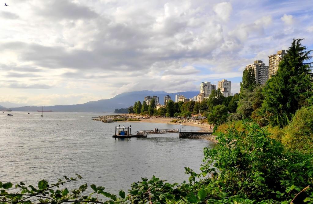 Vue sur English Bay Beach, l'une de nos plages préférées à Vancouver