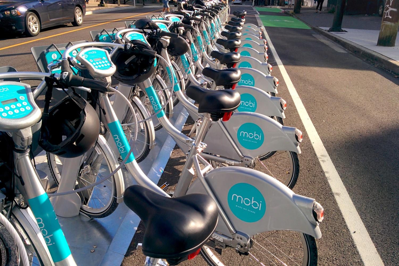 Vélos Mobike alignés aux bornes