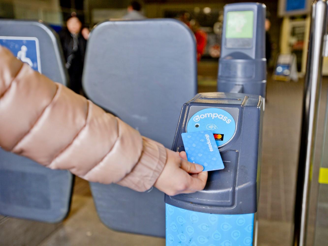 Un Vancouverite valide sa Compass Card à Vancouver