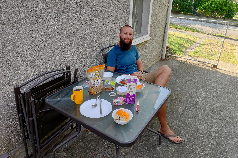 Sylvain et le petit déjeuner en terrasse à Vancouver
