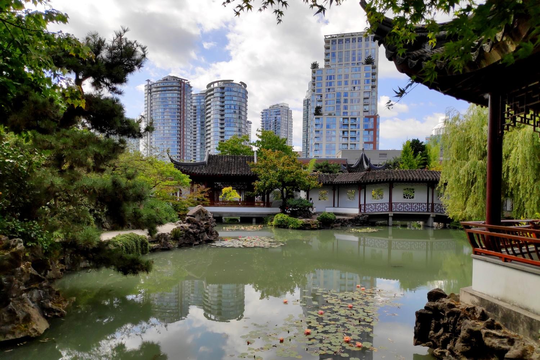 Jardin Chinois à Vancouver avec des immeubles en arrière-plan