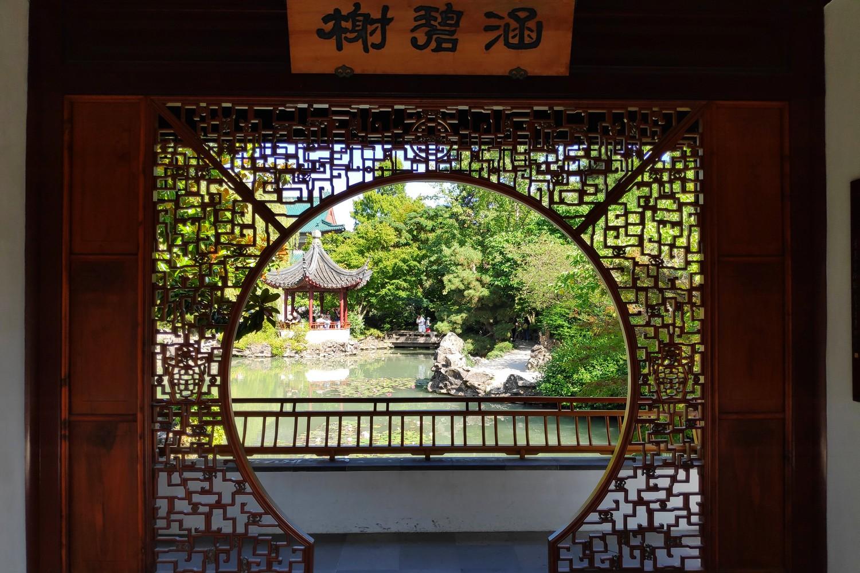 Porte circulaire donnant sur le bassin au Jardin Chinois de Vancouver