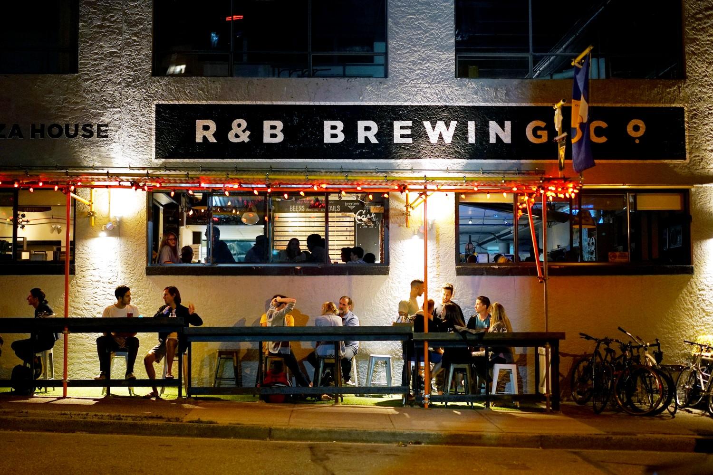 Façade de R&B Brewing de nuit