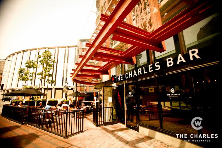 The Charle's Bar vu de l'extérieur avec ses tables en terrasse
