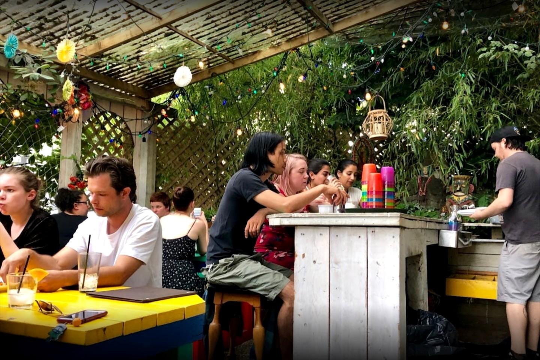 Le patio du Narrow Lounge rempli de gens attablés