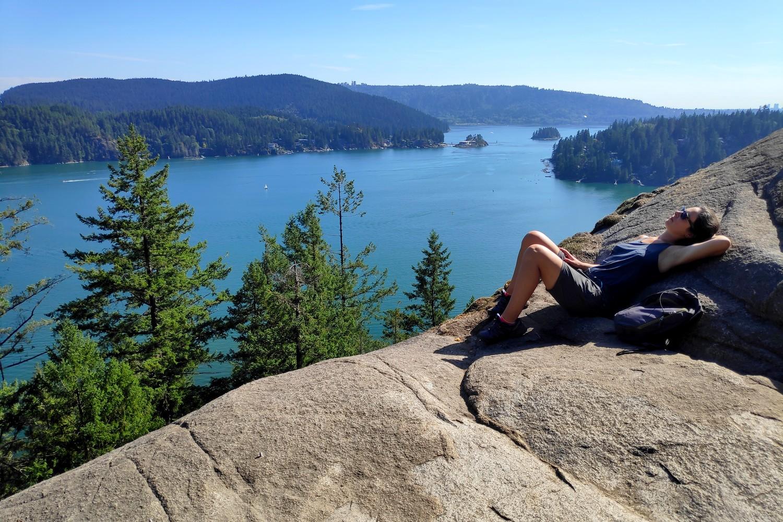 Salomé allongée en haut du Quarry Rock à Deep Cove