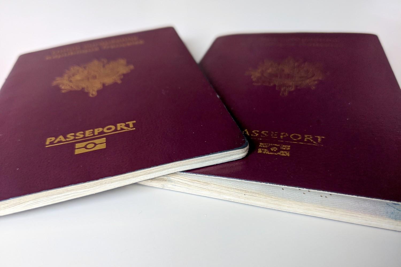Deux passeports en contre-plongée