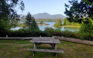 Table de pique-nique au camping municipal de Ucluelet