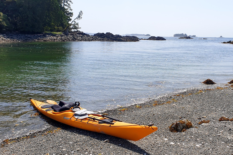 Kayak échoué sur une plage de gravier près de Ucluelet