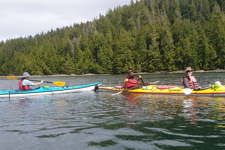 Sylvain goute au kelp depuis son kayak