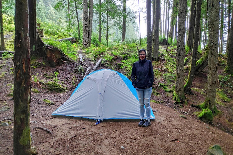 Salomé près de la tente à Cat Lake Campground