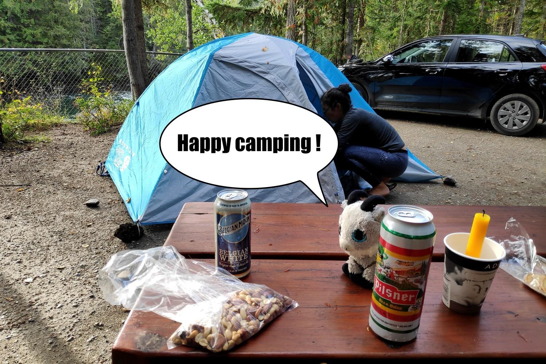 Biquette sur la table de camping