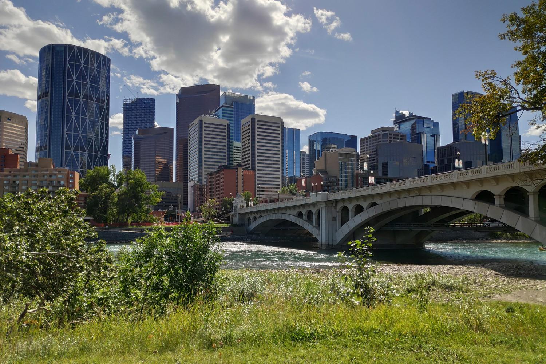 Pont devant les grattes-ciel de Calgary