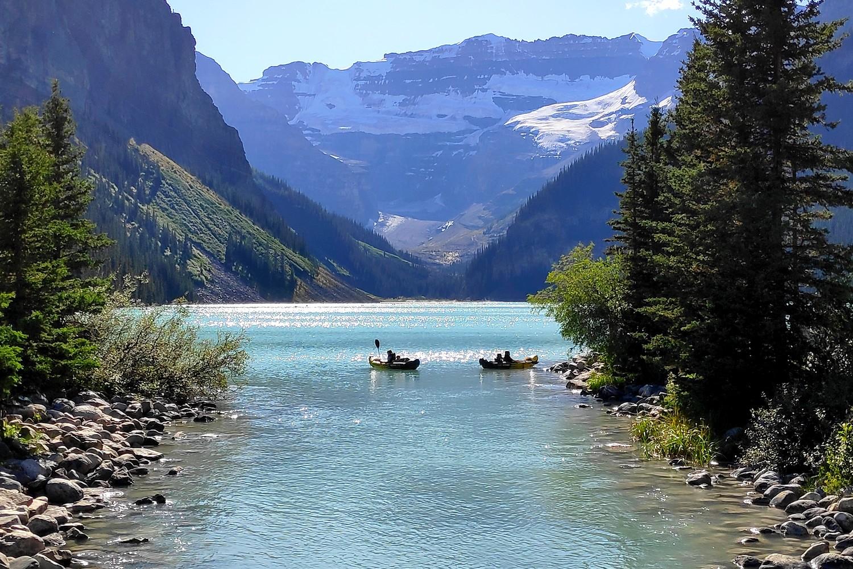 Des canoës sur le Lake Louise