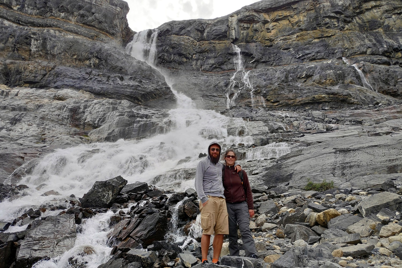 Salomé et Sylvain devant la chute d'eau du Bow Glacier