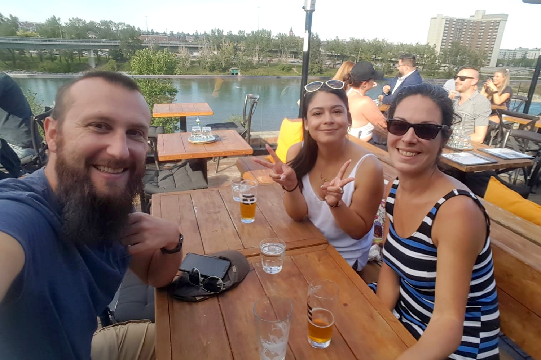 Maria, Salomé et Sylvain au Simmno's Rooftop Bar à Calgary