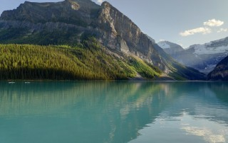 Lake Louise avec montagnes en fond