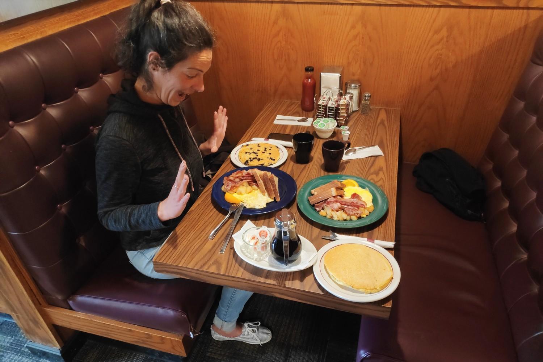 Salomé excatique devant le petit déjeuner de McLennan car truck stop