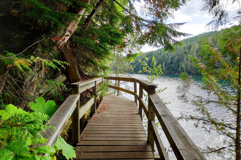 Pont de bois au bord de Clearwater Lake