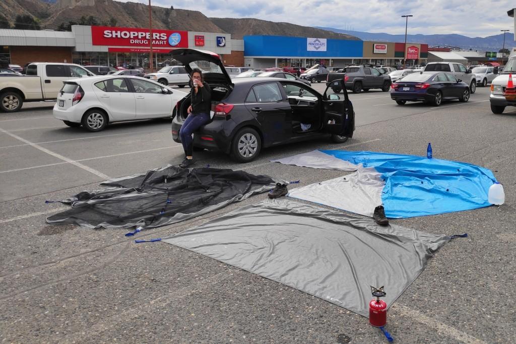 Notre tente sèche sur un parking à Kamloops