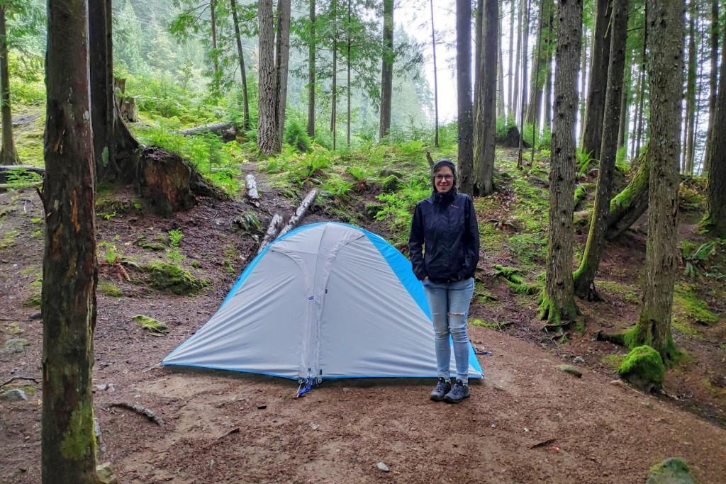 Salomé devant notre tente à Cat Lake